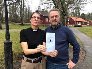 Cecilia Redner och Hans Degréus med foldern som är nominerad till Transammanspriset. Foto: Västerås stift