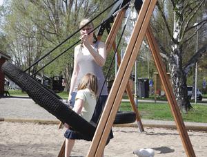 Helena Jern är fortfarande skakad över händelsen i lekparken där dottern Moa var nära att kvävas i gungan.