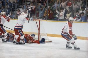 Corey Millen (längst till höger) blev dopingavstängd i VM 1989. Här har han nätat mot Tjeckoslavkien i OS året före. Foto: AP Photo