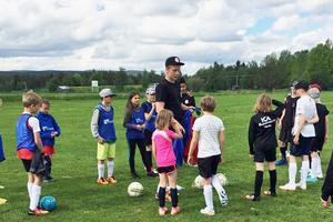 Ett trettiotal barn samlades på Vemvalla för fotbollsskola i Vemdalen.