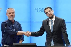 Liberalernas tidigare partiledare Jan Björklund och Sverigedemokraternas partiledare Jimmie Åkesson. En som fått igenom en del av sitt partis politik, som borttagen värnskatt, tack vare S och en som fått fler väljare av samma orsak. Foto: Anders Wiklund / TT.