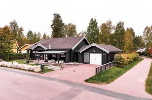 Rymlig familjevilla i Stennäset. kök med öppen planlösning till vardagsrummet som har access till den stora altanen. Foto: Kristofer Skogh.
