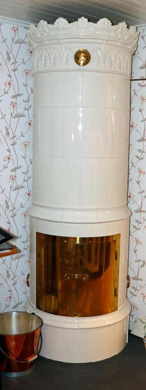 Den som vill satsa stort och dyrt och få en stor värmekälla till huset kan köpa en kakelugn. Den har många kanaler där den varma brasluften passerar och dessutom stora värmemagasin som lagrar värmen.