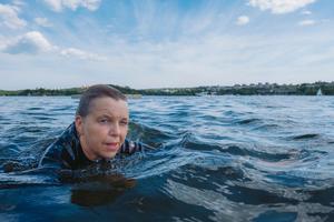 Med en våtdräkt kan du simma utomhus från det att vattentemperaturen är cirka 15 grader. Bild: Ola Jacobsen.