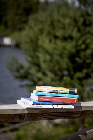 En del av Charlottes böcker finns i sommarhuset, men inte storsäljaren CV-boken, den har sålt slut.