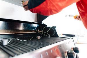 För att mäta värmen i grillarna placerade laboratoriet ut värmesensorer på olika punkter på gallret och i locket.Bild: Linus Lindgren