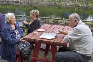 Längs Ljusnans strand. Karin Stenberg från Bergvik och Kerstin Ålund och Lars-Gunnar Essell från Mo satt och avnjöt en kopp kaffe i väntan på Kolbullen.