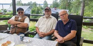 """Roland Karlsson, Kent Andersson och Lars-Göran Carlsson säger att de lagt ned otroligt många timmar för att försöka bevisa att kommunens planerade VA-dragning till den norra Mälarstranden är onödig. """"Vi kommer inte rucka oss en millimeter"""", säger Kent Andersson."""
