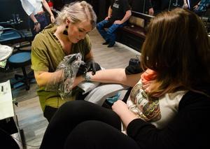 Karin Jönsson visade intresse för att arbeta som tatuerare redan som 19-åring. Då skrattade folk åt henne. Nu är det ingen som skrattar sedan 30-åringen från Sikås vunnit pris på Skandinaviens största tatueringsmässa, Nordic Ink.