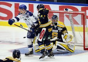 Leksands Martin Karlsson framför Alexander Sahlin i SSK-målet.
