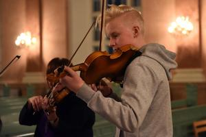 Under ledningen av Verf Lena Egardt, strax utanför bild, tog violinisterna ton.