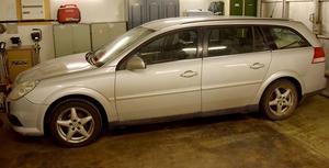 Dagen före julafton efterlyste polisen uppgifter om en en grå/vit Opel Vectra av 2007 års modell. På julafton häktades en 27-åring man av tingsrätten på sannolika skäl misstänkt för mord den 18 december. Hans 28-åriga flickvän häktades på sannolika skäl misstänkt för medhjälp till mord. Foto: Polisen