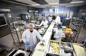 Storkök. Varje vecka lagas 20 000 portioner vid Sveaköket. Maten äts av patienter i Västerås och Uppsala.   Foto: Tony Persson/arkiv