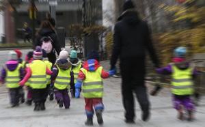 Vad hände med de minskade barngrupperna och valfriheten att välja typ av omsorg för sitt barn?, undrar Åsa Johansson.