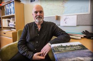 Peter Persson med den stora dokumentation av Västernorrlands forntid som  gav honom priset.