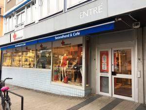 Röda Korset i Västerås säljer återvunna kläder men även möbler och andra prylar.