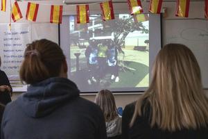 Eleverna presenterar sin praktik för elever och personal på Slottegymnasiet. Foto: Moa Åhs
