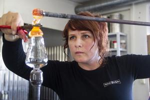 Erika Lövqvist firar i sommar fem år i Skärså glashytta. Hon älskar att få vara i Skärså och jobba.