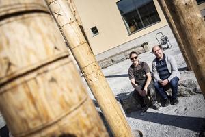 Slöjdarna Kristoffer Unga Pirak och Mikael Pirak har skapat skogen av kala träd utanför nybygget på Mittuniversitetet. Bland träden finns också bänkar från stengrunden på huset som stod här tidigare.