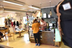 Butiken heter Backlunds skor av gammal hävd men i dag kan du köpa både skor och kläder i butiken.
