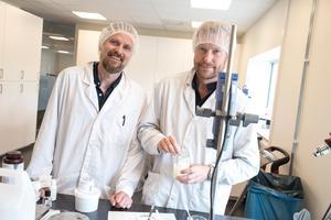 I labbet är det kemister som jobbar, Pär och Johan bara provrör lite i en nyblandad kräm.