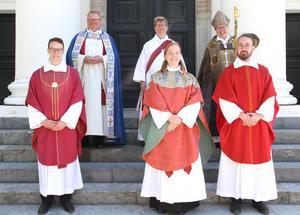 Tre präster och en diakon har tagit sin examen för tjänstgöring i Svenska kyrkan. Det högtidlighölls vid en vigningsgudstjänst i  Härnösands domkyrka söndag den 14 juni. Från vänster Edvin Näslund, präst, domprost Kent Nordin, Mona Brink, diakon, Frida Holmström, präst, biskop Eva Nordung Byström och Dennis Gårdman, präst. Foto: Maria Eddebo Persson/Härnösands stift