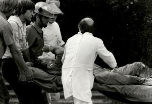 Ronnie förs bort på bår efter kraschen på Monza. Han grimaserar illa, något som den svenska tv-publiken uppfattade som att han klarat sig.  Arkivbild: TT