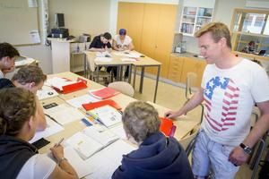 Matteläraren Per Andersson uppskattar att få mer tid till varje enskild elev. Här hjälper han en grupp åttor med sina tal.