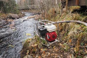 En motorpump fick användas för att kunna hämta vatten till släckning.