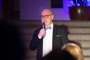 Kvällens Södertäljegala presenteras av  Södertäljes egen Lasse Karlsson enligt tradition.