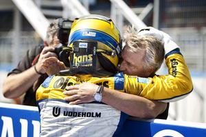 2010: Stora kramen på GP 2-tiden i Spanien där Marcus vann det racet. Direkt efter segern sprang han fram till managern Eje Elgh och det blev en kram med mycket känslor i. Arkivfoto : Alastair Staley/GP2 Media Service.