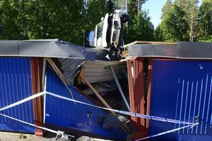 Efter en luftfärd på cirka 20 meter landade bilen på taket av en garagelänga på Haparandavägen i Granloholm. Föraren är misstänkt för grovt rattfylleri.