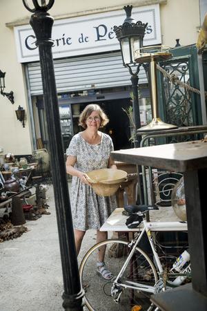 Mecka för antikälskare. På antikmarknaden i  Pezénas  fyller Lise-Lott på med influenser i form av möten, dofter, smaker, tankar, intryck och såklart scoutar hon möbler till sig och sina kunder. Allt finns - från stora gamla skåp, pergolas, tyger, gamla instrument och stora målningar. Marknaden är som Ali Babas grotta -för inredningsintresserade - en riktig guldgruva.