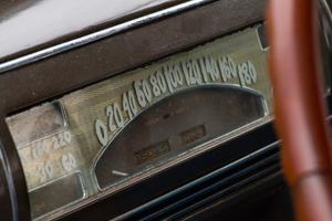 Charmigt handmålade siffror har ersatt de original etsade i instrumenteringen på Buicken.