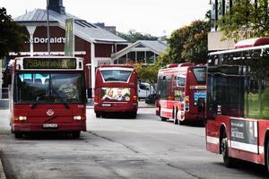 En man visade sitt könsorgan under en bussresa i Södertälje. Det var ämnat för en kvinna som han hade ett videosamtal med, men en annan passagerare kränktes av agerandet. Arkivbild.