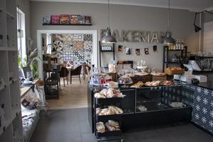 På Bakerian finns både bageri och förutom frukost och kaféverksamhet har man även en del företagskunder som köper nybakat.