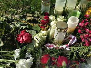 """Efter mordet var det många som la blommor på platsen där """"Gica"""" hittats död."""