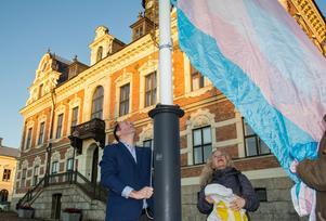 Fem år efter att transflaggan för första gången hissades av ett kommunalråd (Sven-Erik Lindestam (S)) togs på onsdagen stafettpinnen över av John-Erik Jansson (C) att föra traditionen vidare.