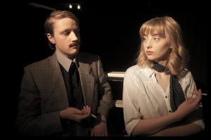 Cigaretter är en typiskt 50-talsattribut.  Alexandra Afferdal och Emma Lindell  spelar Christoffer och Karin Nordin  i
