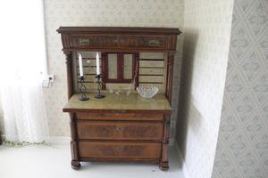 Möblerna är alla konstverk i sig. Och det är möbler som också kan fungera många år framöver.