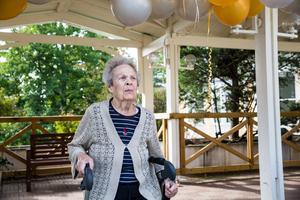 """Iris Nordström vill allra helst bo hemma. Men eftersom det inte går,  är Tallhöjden bra. """"De är snälla och hjälpsamma"""", säger hon om personalen."""