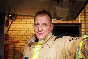 Tomas Sandström bor i dag i Höllviken och jobbar som brandman.