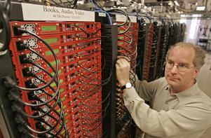 Internet Archives grundare Brewster Kahle bland bibliotekets hårddiskar på dess huvudkontor i San Francisco. Foto: AP/Ben Margot