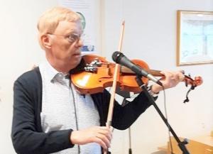 Åke Jonsson svarade för underhållningen vid PRO Lugnviks möte. Foto: Elsy Johansson