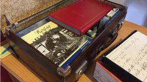 En gammal koffert rymmer litteratur där Herräng finns med.