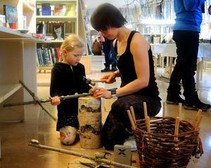 Femåriga Leja och mamma Maria Hansson hjälptes åt att göra en riktigt skrämmande trollspira.