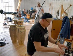 Marcus Moszny, mångsidig musikprofil från Borlänge, är en av deltagarna i Gustaf Noréns nya projekt.