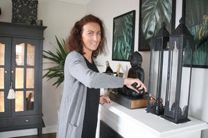 Linda Hedblad har haft drygt 140 ljuslyktor men den siffran har halverats. Hon har inte alla framme samtidigt.