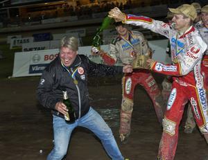 Guld-feber! Här får lagledaren Mikael Teurnberg en champagnedusch av sina förare.