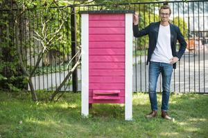 Projektledaren Tim Lux berättar att Södertälje kommun har fått tiotusen nya medarbetare. De bor i en stor rosamålad bikupa bakom stadshuset.